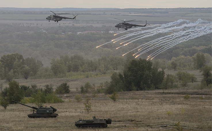 Mi-8 helicopters and MSTA-S self-propelled howitzer