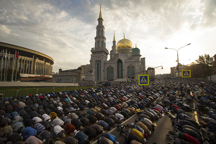 Tens of thousands of worshipers participated in festive prayers in Moscow