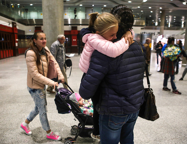 A family or friends reuniting at Pulkovo airport on arrival from Egypt