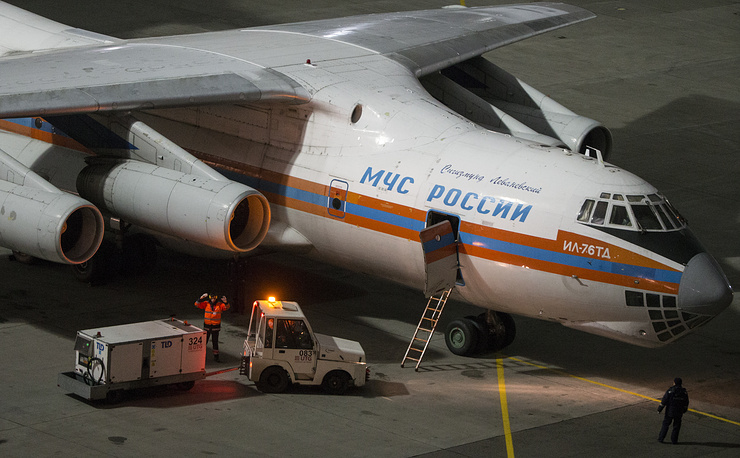 Unloading an Ilyushin Il-76 strategic airlifter carrying luggage of Russian tourists from Egypt to Moscow