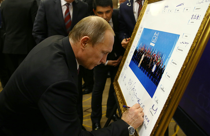 Russian President Vladimir Putin signing G20 family photo at the G20 Summit in Antalya