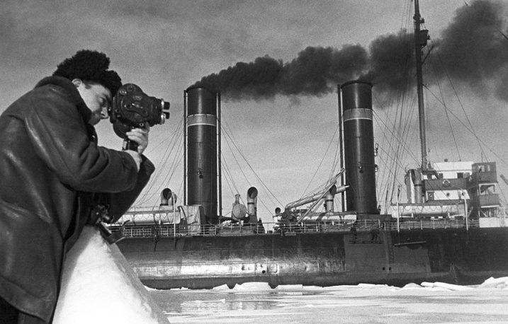 Photographer Mark Troyanovsky taking picture of the icebreaker Yermak with Ivan Papanin's expedition crew on board, 1938