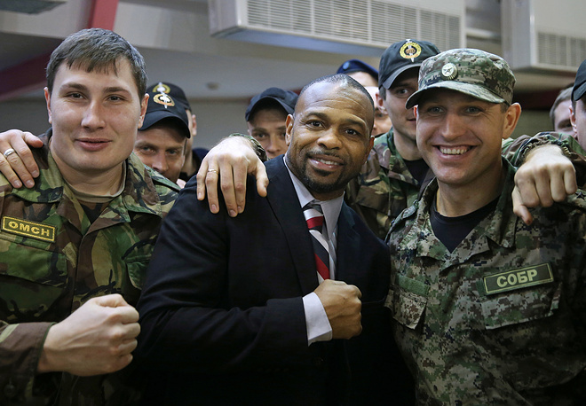 Roy Jones Jr and Moscow police officers