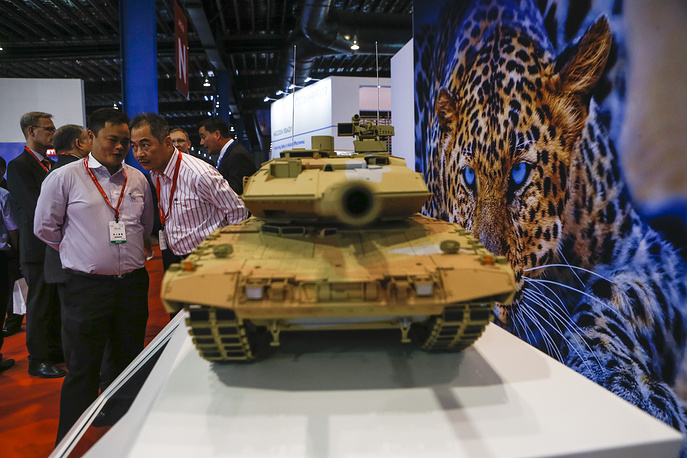 A model of a Leopard tank at the Krauss-Maffei Wegmann booth