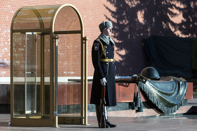 A serviceman of the guard of honor of the Russian Presidential Regiment at the Tomb of the Unknown Soldier in Alexander Garden