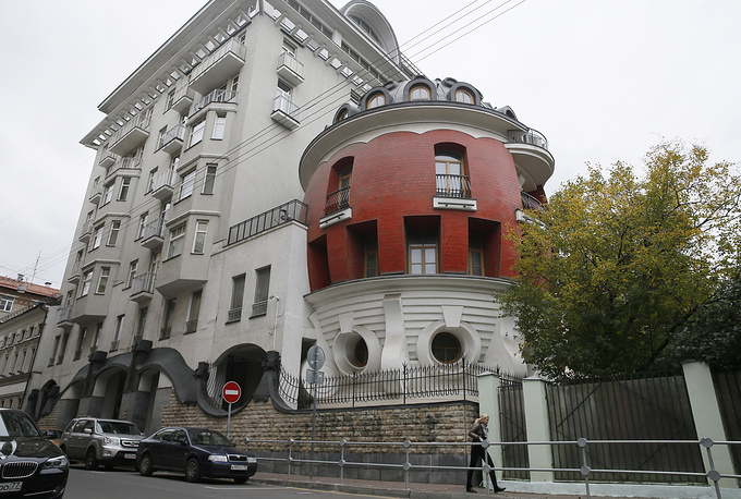 The Egg house designed by Russian architects Sergei Tkachenko and Oleg Dubrovsky appeared in Moscow in 2002
