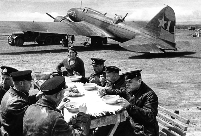 Pilots from a Black Sea Fleet naval aviation unit having lunch,1943