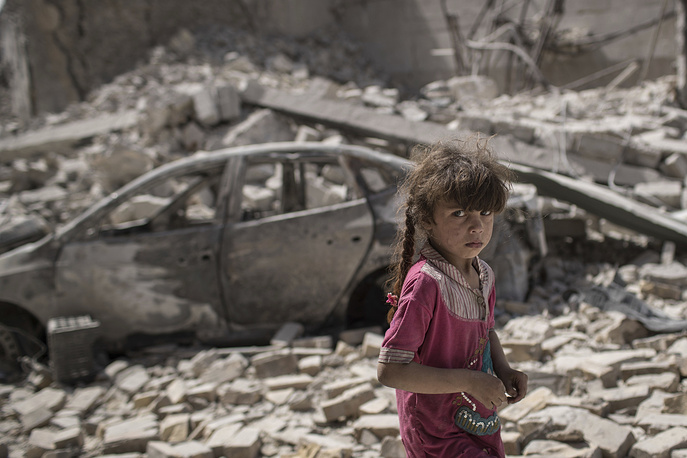 An Iraqi girl flees through a destroyed street as Iraqi Special Forces continue their advance against Islamic State militants in the Old City of Mosul, Iraq, July 2
