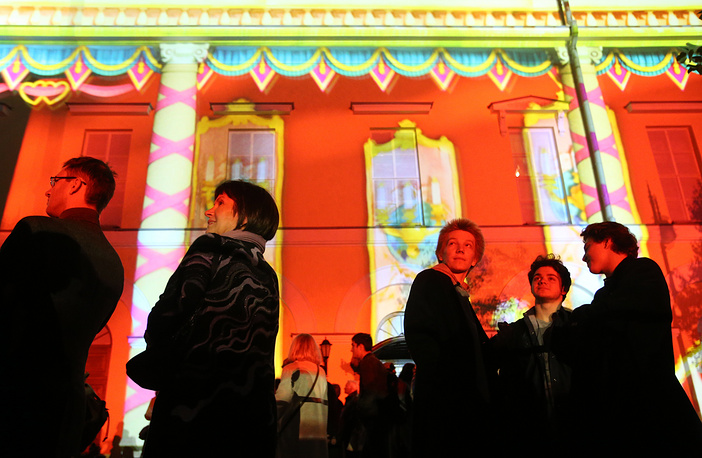 People watching the International Circle of Light Festival in Moscow