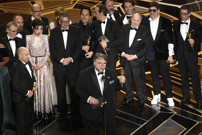 """Guillermo del Toro and the cast and crew of """"The Shape of Water"""" accept the award for best picture"""