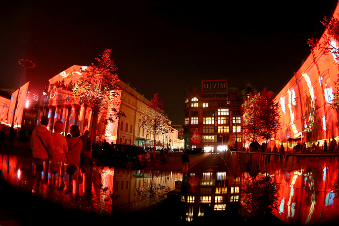 Performances can be seen at five venues, specifically the Krylatskoye Rowing Canal, the parks of Tsarytsyno Palace and the Kolomenskoye Estate, Teatralnaya Square and the facade of the Museum of the Great Patriotic War