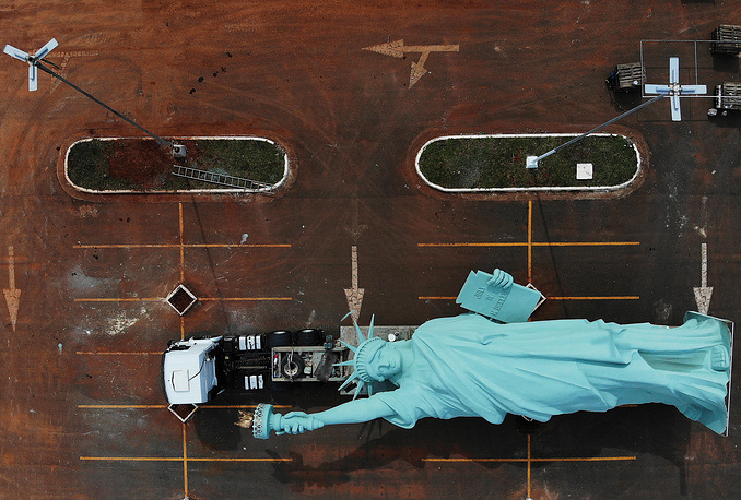 A replica of the Statue of Liberty on a truck at the parking zone of the department store Havan in Brasilia, October 31