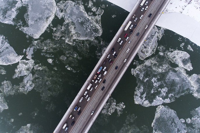 A view of the Dimitrovsky Bridge across the Ob River during an ice formation, Novosibirsk, November 12
