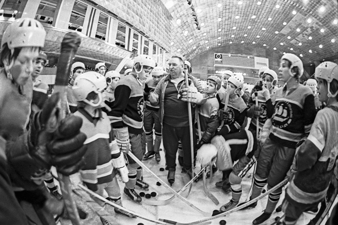 Anatoly Tarasov and young hockey players, 1979