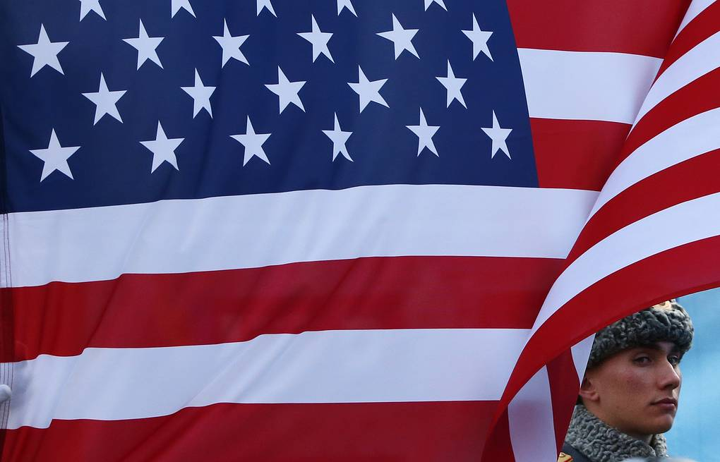 A Russian  soldier stands next the US flag (archive) AP Photo/Dmitry Lovetsky