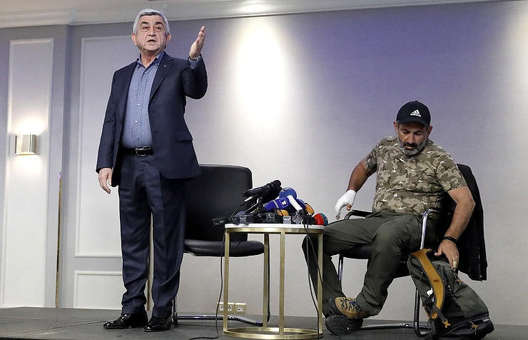 Armenian Prime Minister Serzh Sargsyan (left) and opposition leader Nikol Pashinyan (right) Artem Geodakyan/TASS