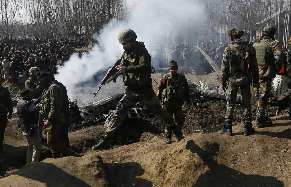 Indian army soldiers arrive near the wreckage of an Indian aircraft after it crashed in Budgam area,Kashmir AP Photo/Mukhtar Khan