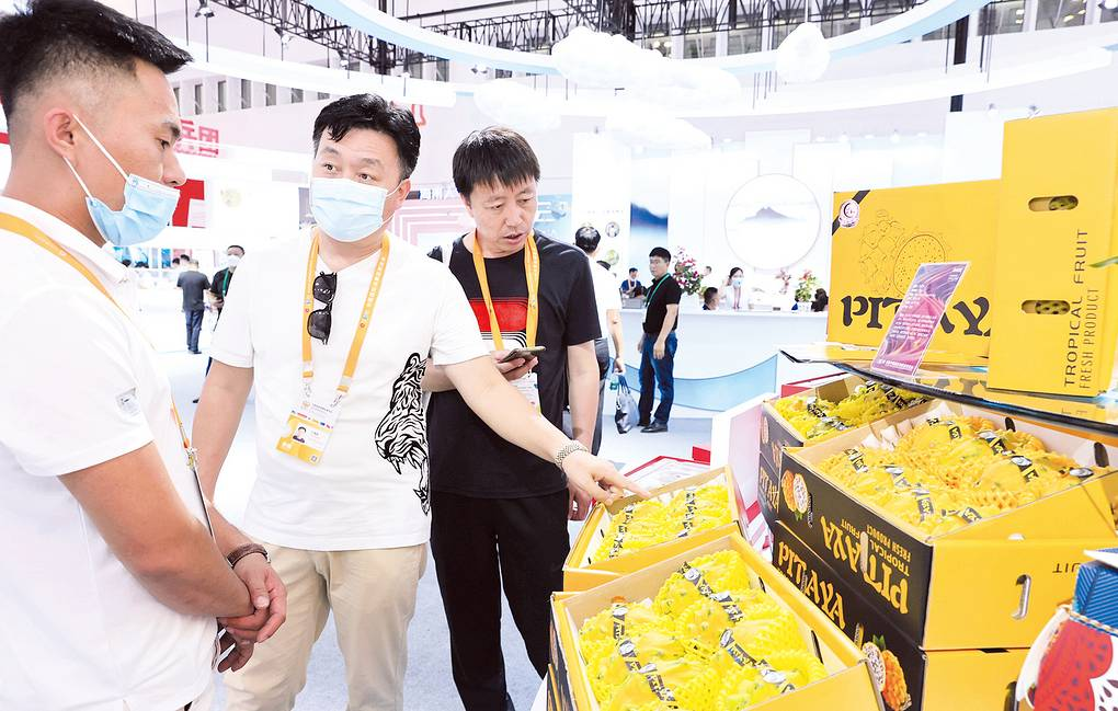 On May 7, in Hainan Exhibition area, Yanwo fruit from Sanya aroused the interest of visitors Sanya Daily