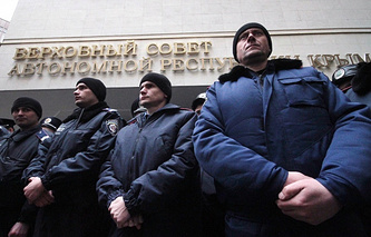 Guards at the entrance to the Crimean parliament (archive)