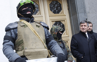 Arsen Avakov (right) leaving the Verkhovna Rada (archive)