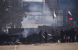 Barricades with Russian flags in front the entrance of the Ukrainian regional office of the Security Service in Luhansk