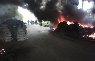Burning tires at a checkpoint following an attack by Ukrainian troops outside Sloviansk