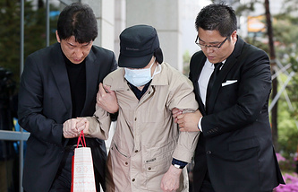 Kim Han-sik (C), president of the Chonghaejin Marine Co., enters the Incheon District Prosecutors' Office in Incheon, west of Seoul, South Korea to face questioning on criminal charges related to the ferry disaster