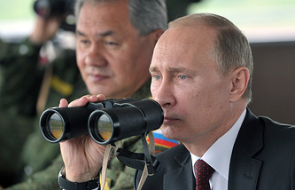 Vladimir Putin (right) and Sergei Shoigu (archive)