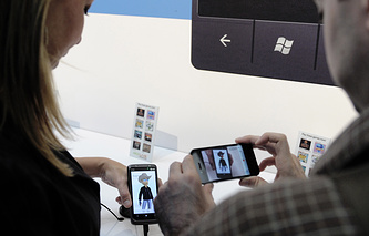 People examine Windows Phone