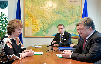 Ukrainian President Petro Poroshenko (R) meeting with EU foreign policy chief Catherine Ashton (L) in Minsk