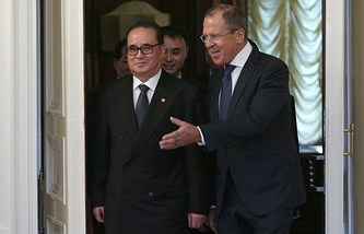 North Korean Foreign Minister Ri Su Yong (L) and Russian Foreign Minister Sergey Lavrov (R)