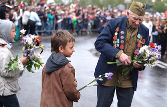Children congratulate a Russian WWII veteran on May 9, the Victory Day