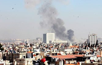 Smoke rises over Damascus (archive)