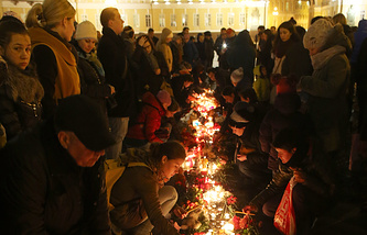 People light candles in memory of the victims of the air crash in Egypt, St.Petersburg