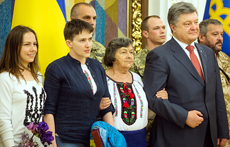 Nadezhda Savchenko with her falimy and Petro Poroshenko upon arrival to Kiev