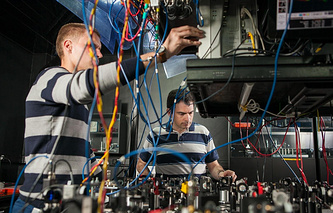 Alexander Lvovsky and Alexander Ulanov in the Laboratory of Quantum Optics in RQC