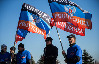 People holding flags of the Donetsk People's Republic