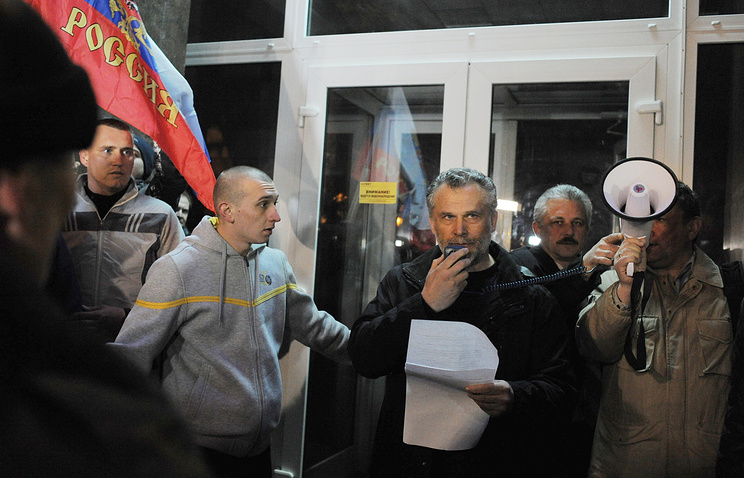 Aleksei Chalyi (center) speaking to a crowd during a rally in Sevastopol on February 25