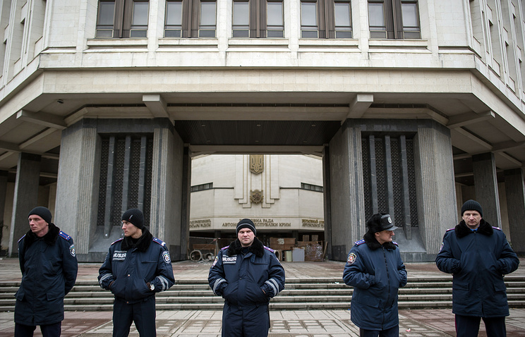 Ukrainian policemen stand line near the building of Crimea autonomy parliament (archive)