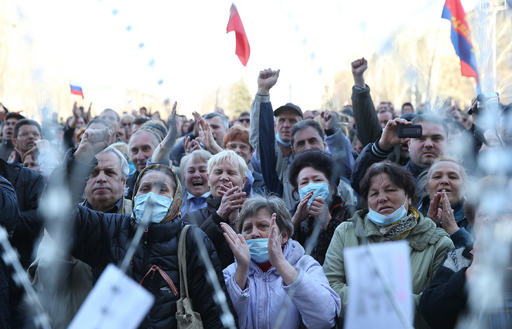 Pro-Russian protesters at the building of Kharkiv regional administration