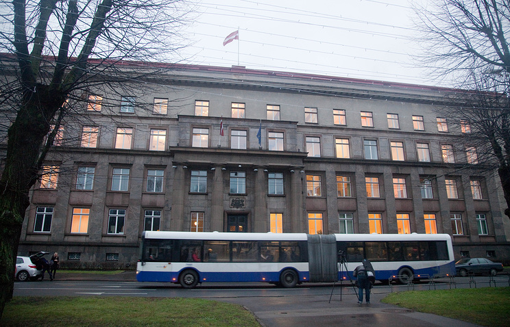 A bus driving past Council of Ministers building in Riga (archive)