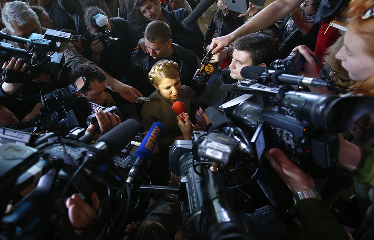 Former Ukrainian prime minister surrounded by journalists (archive)