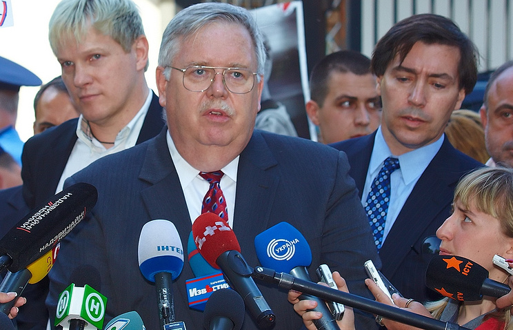 John Tefft (center)