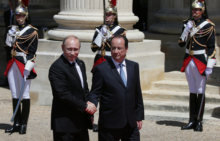 Russian President Vladimir Putin and France's Francois Hollande in Normandy on June 6