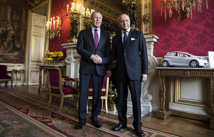 Russian Foreign Minister Sergei Lavrov (L) and French Foreign Minister Laurent Fabius (R)