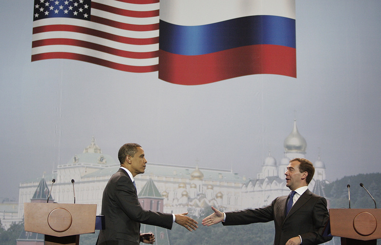 US President Barack Obama (L) and Russian Prime Minister Dmitry Medvedev (R)