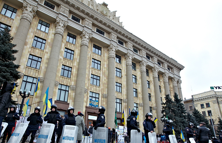 Police outside the offices of the Kharkov administration (archive)