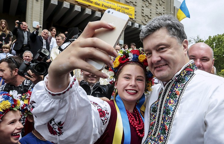 Ukrainian President Petro Poroshenko (right) wearing Ukraine's national dress meets Ukrainians living in Australia (archive)