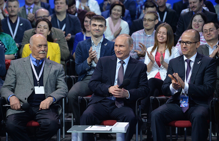 Vladimir Putin (center) at the forum
