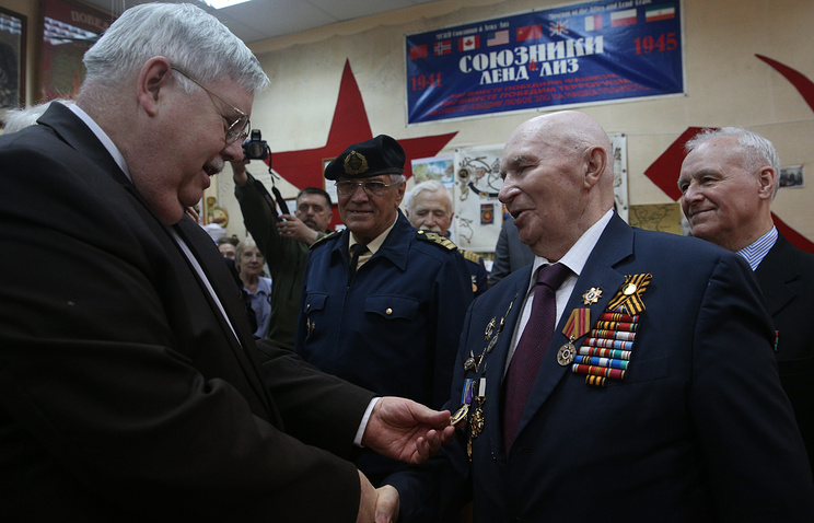 US Ambassador to Russia John Tefft (left) and WWII veteran Vladimir Kuts (right)